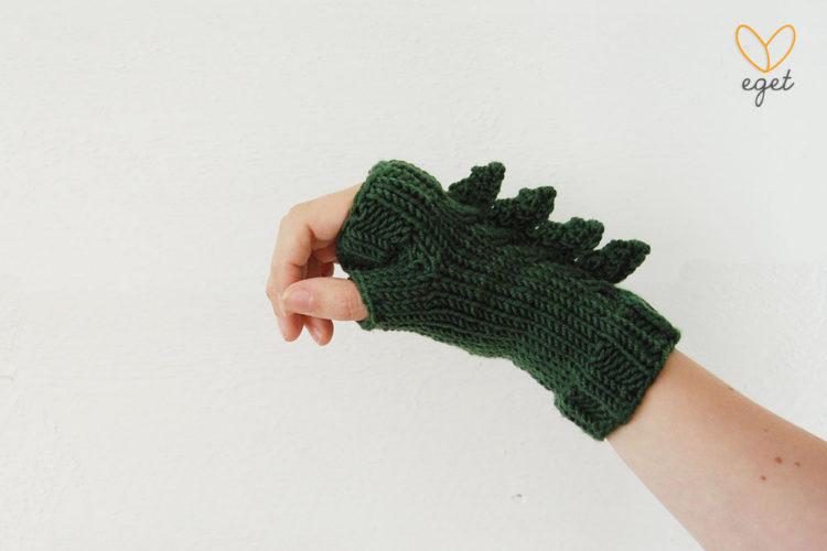 Barnvantar - Dino - Färg: Skog - Stickade handledsvärmare (dinosaurie´-/drakvantar)