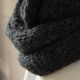 Nelia - Färg: Asfalt - Stickad halsduk